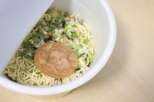 カップ麺は中身と容器で処分方法が異なる