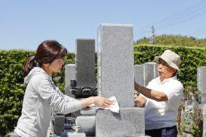 お墓の掃除は大変、そこで業者が代行します