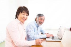 デジタル遺品を整理する夫婦