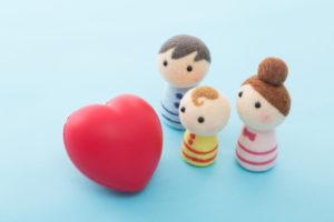 遺品整理に立ち合い気持ちの整理をする家族