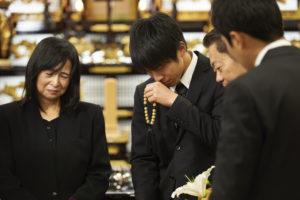 葬儀後の遺品整理を始める人たち