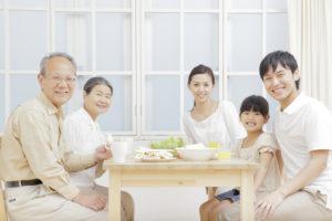 親と終活について考える家族