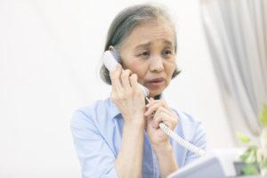 親族に遺品整理について連絡する女性