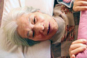 孤独死について考える老人