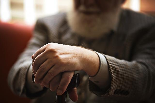 孤独死を心配する老人
