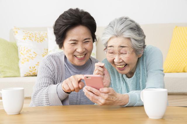 フリマアプリを利用する高齢女性