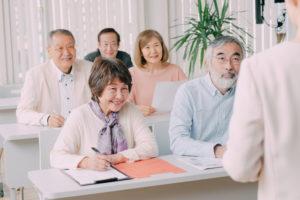 フリマアプリセミナーに参加する高齢者