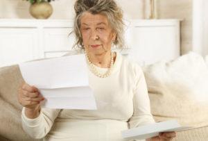 故人宛ての郵便物を確認する女性