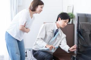 遺品整理業者に判断を仰ぐ女性
