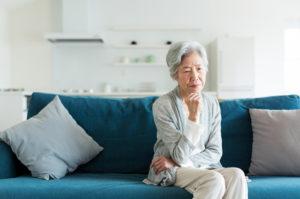 配偶者居住権を行使しようか悩む女性