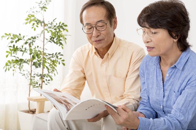 遺品整理業者を選ぶ夫婦