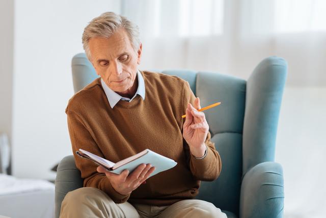 エンディングノートを書く男性