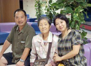 生前贈与を孫と語る祖母