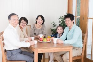 終活で実家に集まる家族