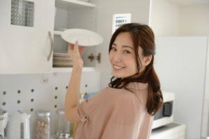 遺品整理で出てきた食器を使う女性