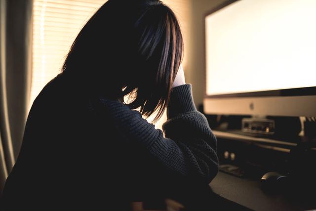 遺品整理がつらくて泣く女性