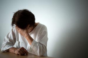 遺品を勝手に処分されて泣く女性