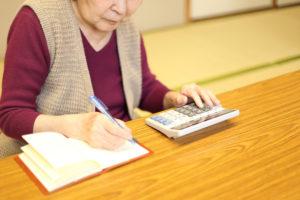 終活費用を計算する女性