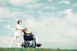 生前整理について質問する介護士