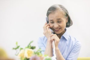 墓参り代行サービスを依頼する女性
