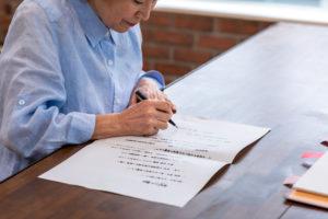 死後事務委任契約を結ぶ女性