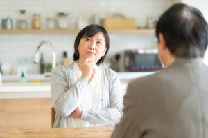 遺品整理の見積を見て考える主婦