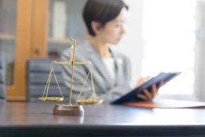 弁護士費用について調べる女性