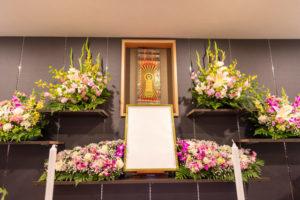 加工した遺影を置く祭壇