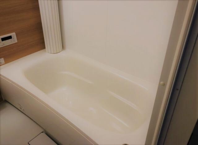 孤独死現場が再現された浴槽のミニチュア