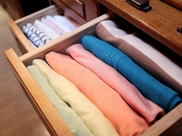 シャツホルダーで服を綺麗に片付ける方法