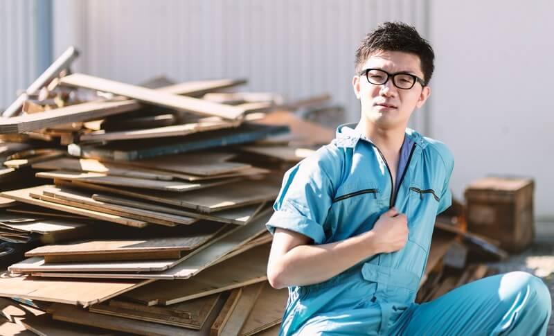大阪市のゴミ屋敷に対する取り組みを考える男性