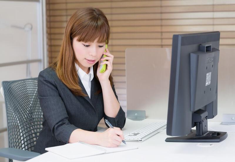 横浜市でパソコンを処分する女性