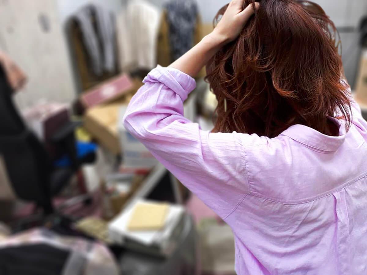 ゴミ屋敷の悩みをブログにまとめる女性