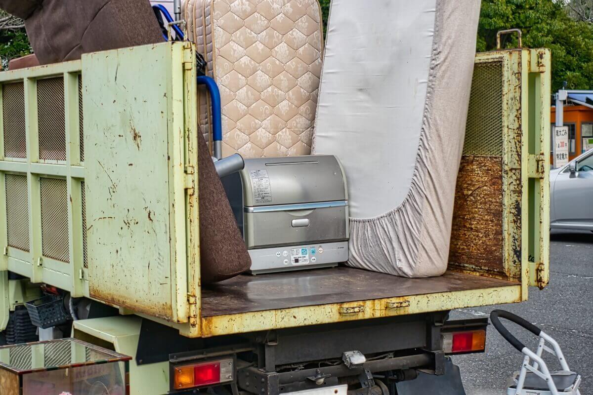 ゴミ屋敷での回収作業、費用相場や申込までの手順について